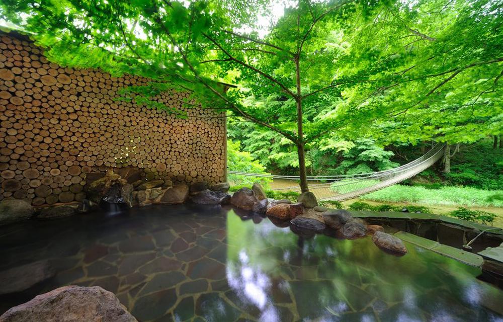 在溫泉中欣賞美景