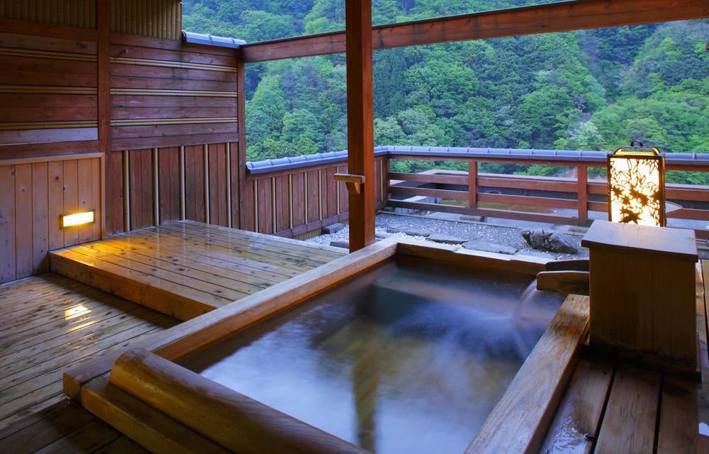 附設露天溫泉浴池的客房
