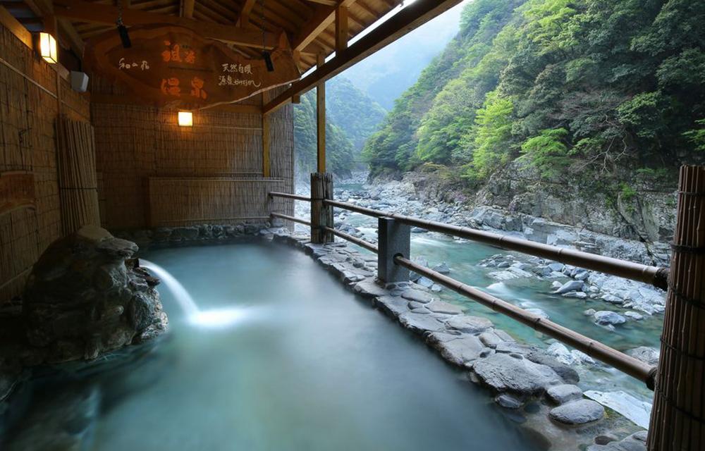 谷底的露天溫泉浴池